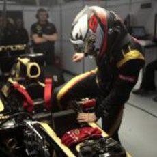 Kimi Räikkönen bajándose del E20
