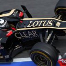 Kimi Räikkönen por el 'pit lane' con el E20