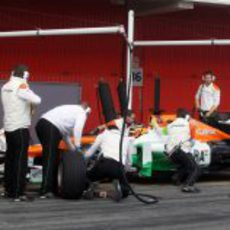 Hülkenberg realiza un cambio de neumáticos