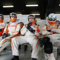 Los mecánicos del equipo Force India sentados en el 'box'