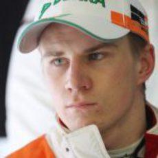 Hülkenberg se refugia de la lluvia en el 'box' del equipo