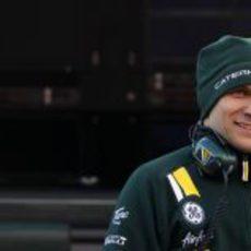 Vitaly Petrov sonriente durante los test de pretemporada en Barcelona