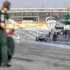 Vitaly Petrov en el pit-lane para una parada en boxes
