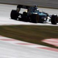 Heikki Kovalainen rueda con el Caterham CT01 en el asfalto de Montmeló