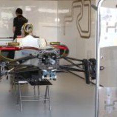 El F112 de HRT en su box de Australia