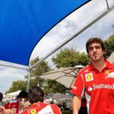Fernando Alonso en el 'paddock' de Melbourne