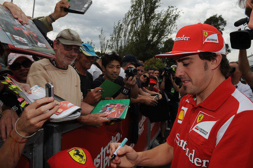 Fernando Alonso firma autógrafos en el GP de Australia 2012