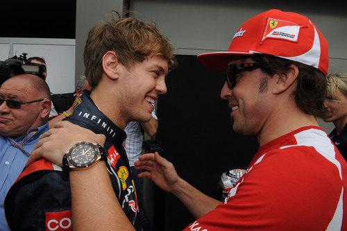 Sebastian Vettel y Fernando Alonso en el 'paddock' del GP de Australia 2012