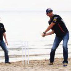 Mark Webber y Sebastian Vettel juegan al cricket en Australia