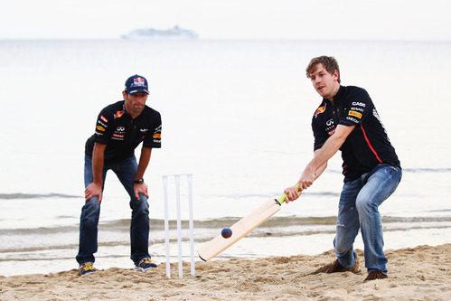 Sebastian Vettel y Mark Webber juegan al cricket en Australia