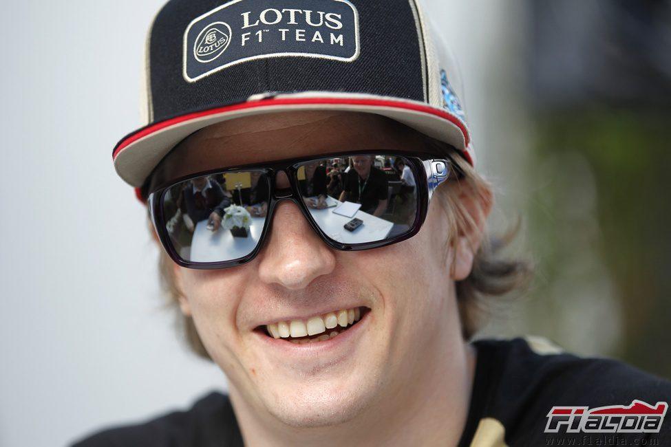 Kimi Räikkönen sonrie ante la prensa en el paddock de Melbourne