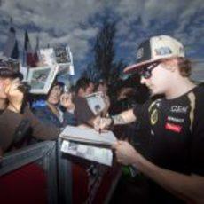 Kimi Räikkönen firma autógrafos a los aficionados