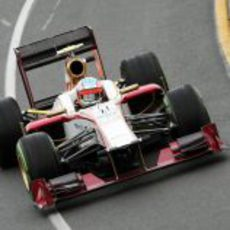 Narain Karthikeyan rueda en Australia con el F112