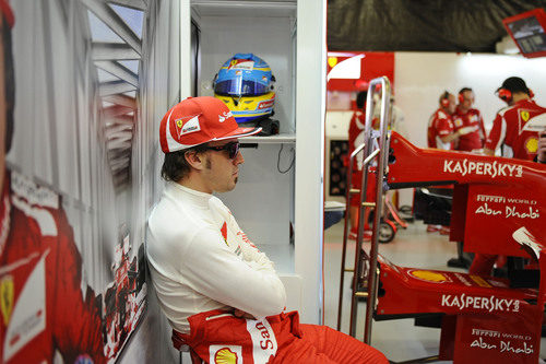Fernando Alonso espera en el box de Ferrari