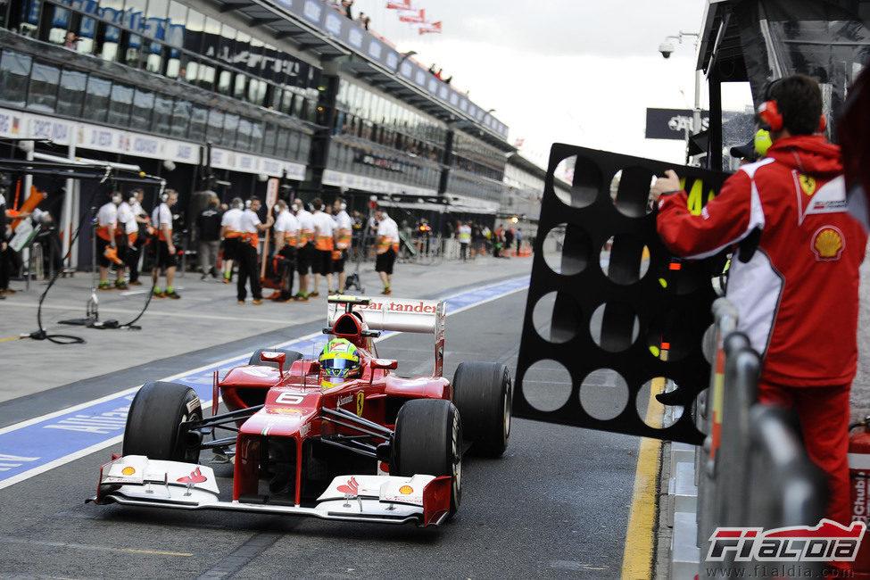 Felipe Massa sale del box para dirigirse a la pista