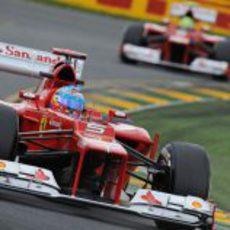Fernando Alonso y Felipe Massa sobre el trazado de Albert Park