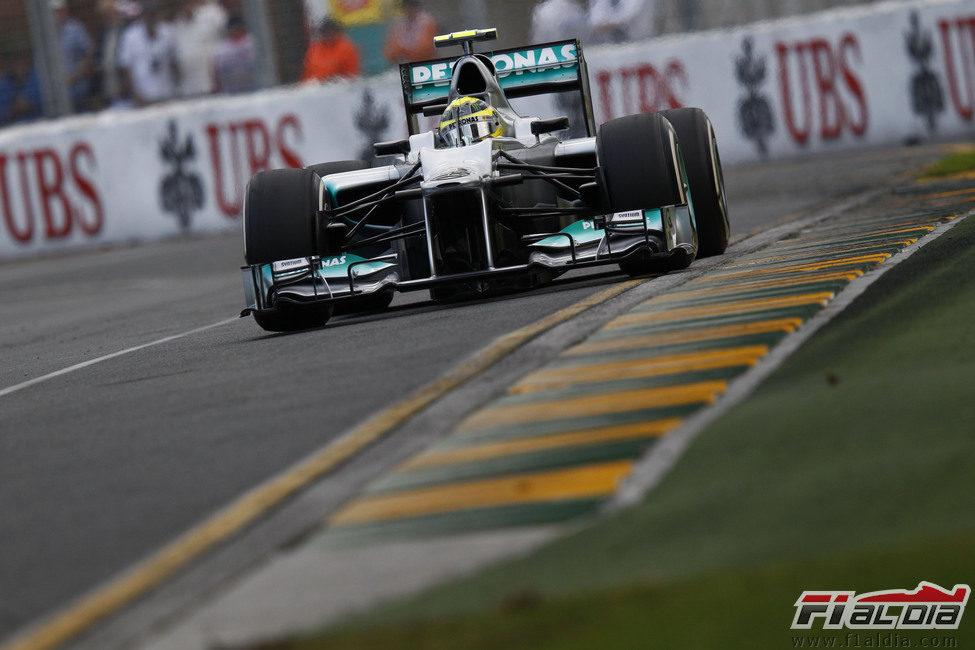 Nico Rosberg en la recta principal de Albert park durante los libres