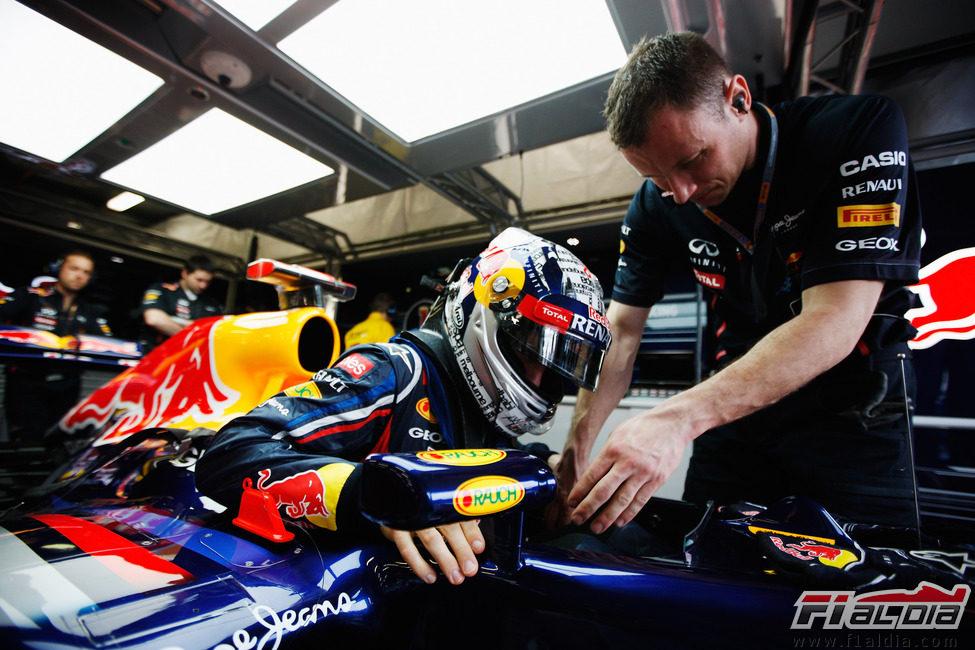 Sebastian Vettel subiendose a su RB8