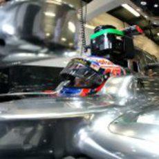 Jenson Button subiendose al MP4-27