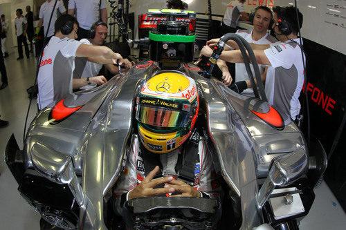 Lewis Hamilton impaciente en el cockpit del MP4-27