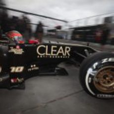 Romain Grosjean sale del box de Lotus en el circuito de Albert Park