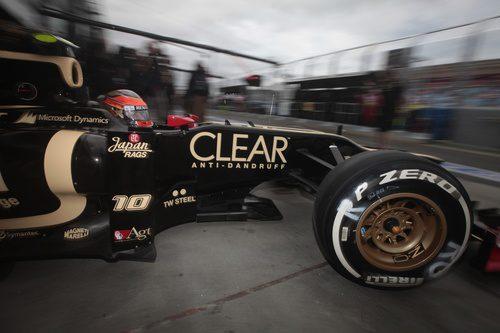 Romain Grosjean sale del box de Lotus en el circuito de Albert Park