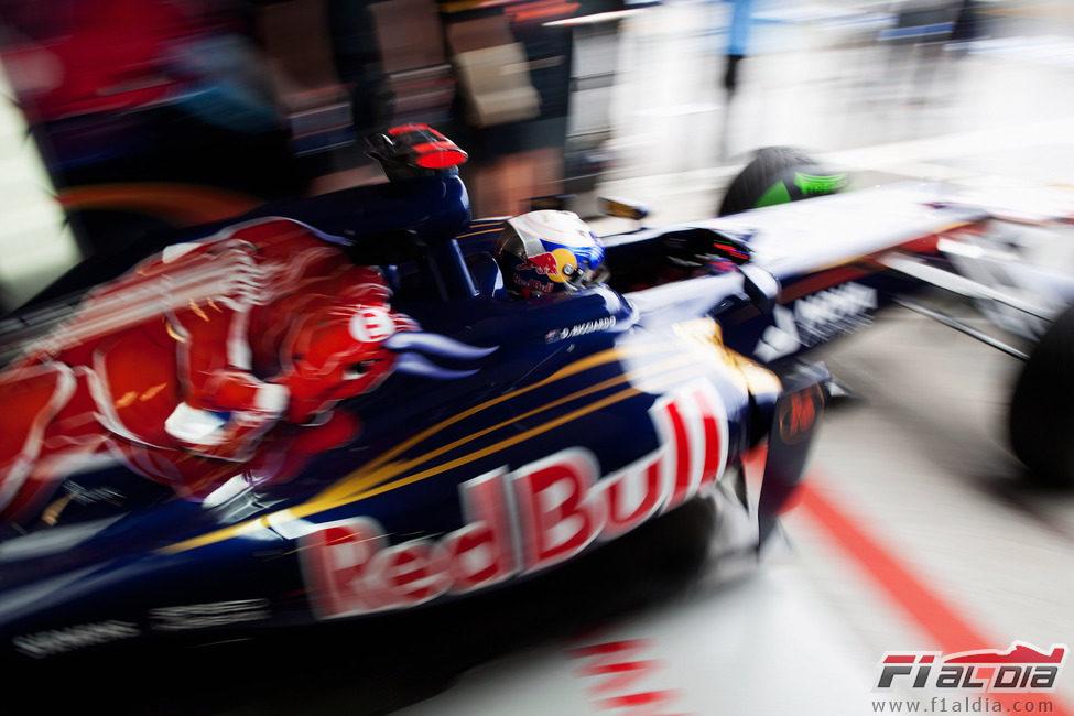 Daniel Ricciardo saliendo del garaje con su STR7