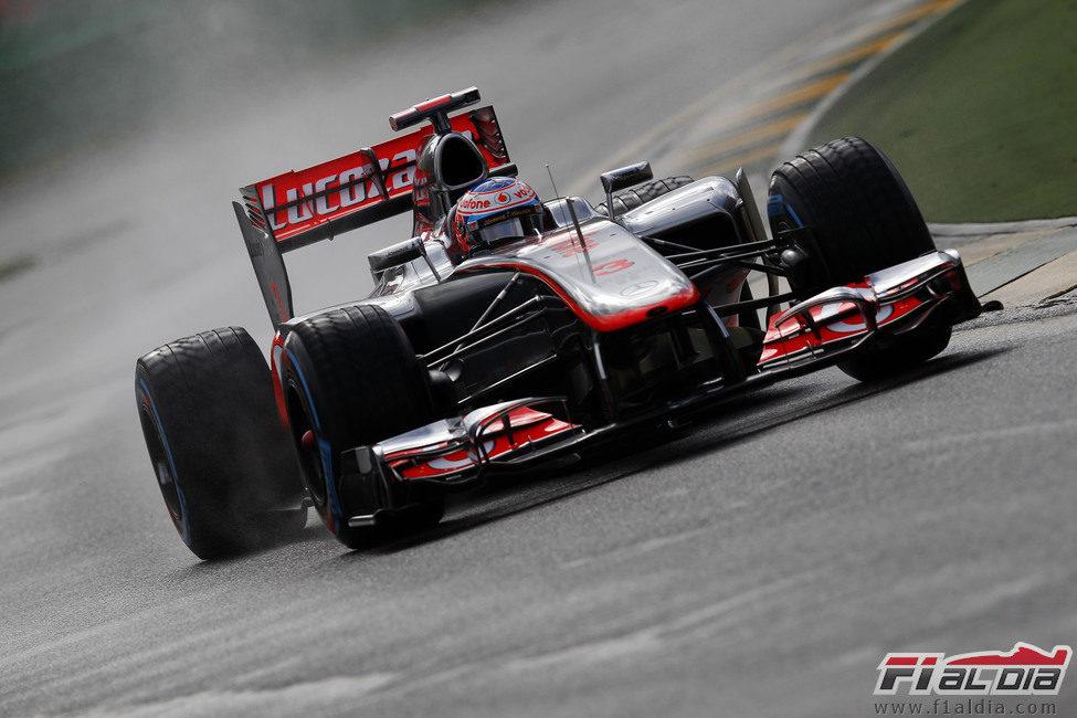 Jenson Button rueda sobre el asfalto mojado de Melbourne en los libres del viernes