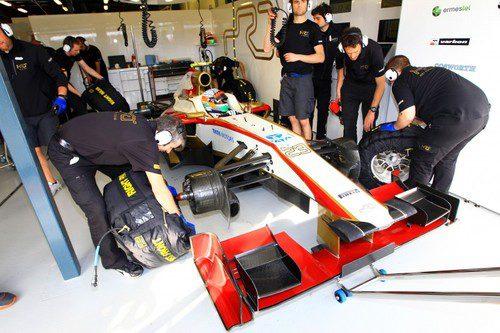 Narain Karthikeyan en el garaje rodeado por los mecánicos