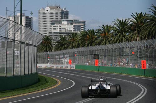 Vista trasera del Sauber en movimiento por Albert Park