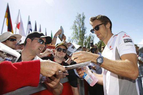 Button firma autógrafos antes de comenzar la clasificación