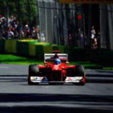 Fernando Alonso pilotando su F2012 en Albert Park