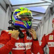 Felipe Massa se ajusta el casco antes de subirse al monoplaza