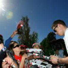 Paul di Resta atiende a los aficionados