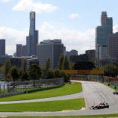 Paul di Resta se prepara para tomar una de las curvas de Albert Park