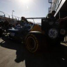 Los mecánicos meten a Vitaly Petrov en el box