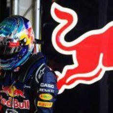 Sebastian Vettel parado en el box de Red Bull