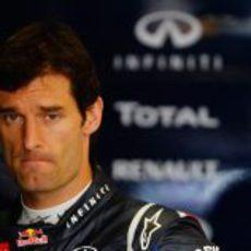 Mark Webber pensativo antes de subirse a su coche