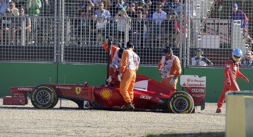 Fernando Alonso se baja de su coche accidentado en Melbourne