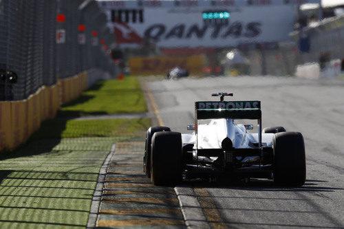 Nico Rosberg en la recta principal de Albert park durante la clasificación