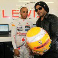 Lewis Hamilton enseña a Lenny Kravitz su nuevo casco