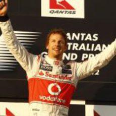 Jenson Button como ganador en el podio del GP de Australia 2012