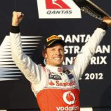 Jenson Button levanta su trofeo en el GP de Australia 2012
