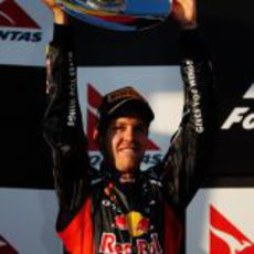 Sebastian Vettel levanta su trofeo en el GP de Australia 2012