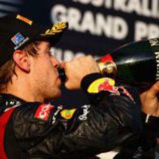 Sebastian Vettel bebe champán en el podio del GP de Australia 2012