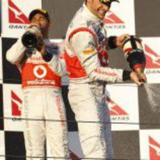 Jenson Button y Lewis Hamilton en el podio de Melbourne