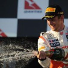 Jenson Button descorcha el champán en el podio de Albert Park 2012