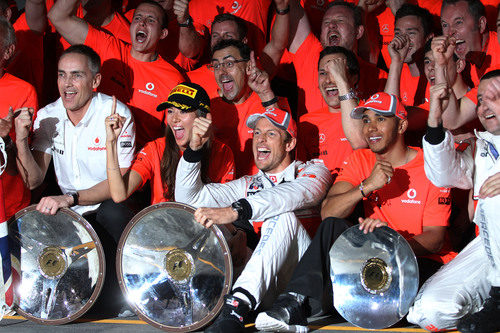 Martin Whitmarsh, Jessica Michibata, Jenson Button y Lewis Hamilton celebran la victoria de McLaren