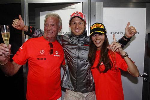 Jenson Button con su padre y su novia celebrando la victoria