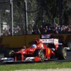 Fernando Alonso se defiende de Pastor Maldonado en el GP de Australia 2012